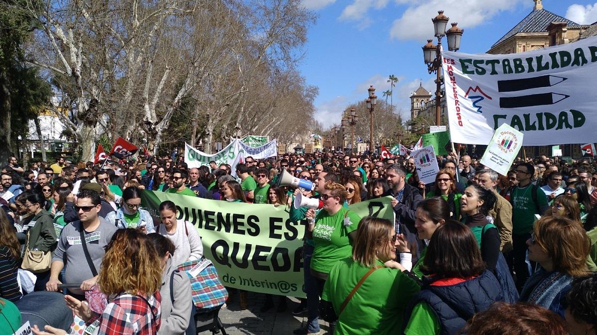 Diez mil docentes interinos claman en Sevilla por un plan de estabilidad