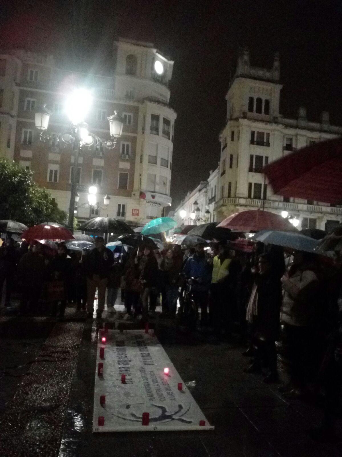 Anoche arrancó la Huelga Feminista en Córdoba con una concentración multitudinaria y festiva bajo la lluvia