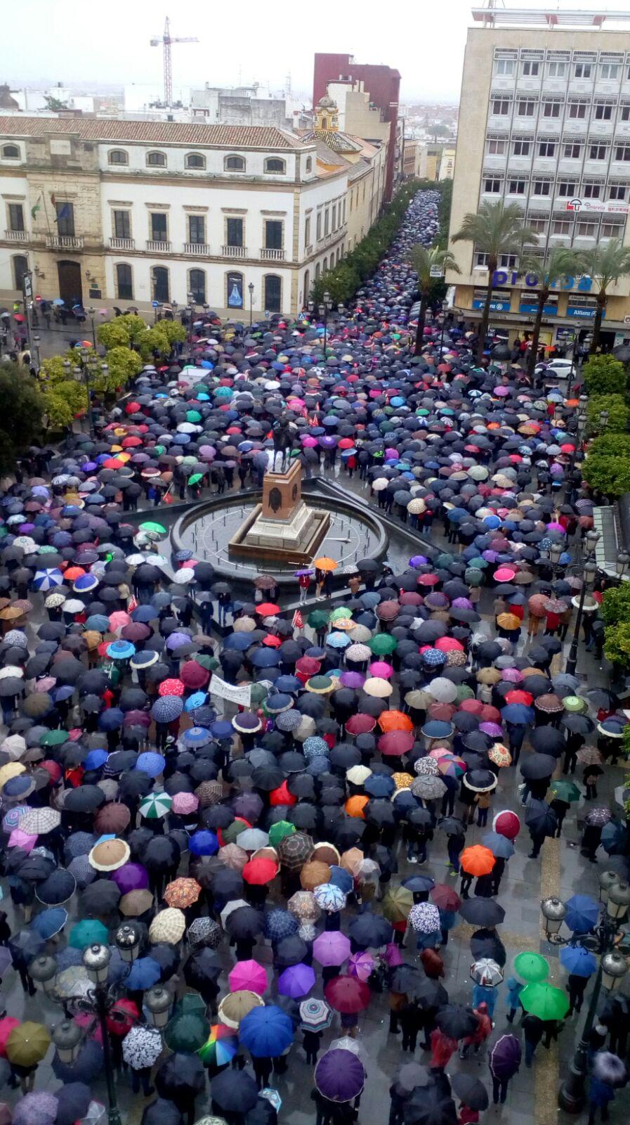 Jubilados y jóvenes se mojaron en una multitudinaria movilización en defensa del sistema público de pensiones
