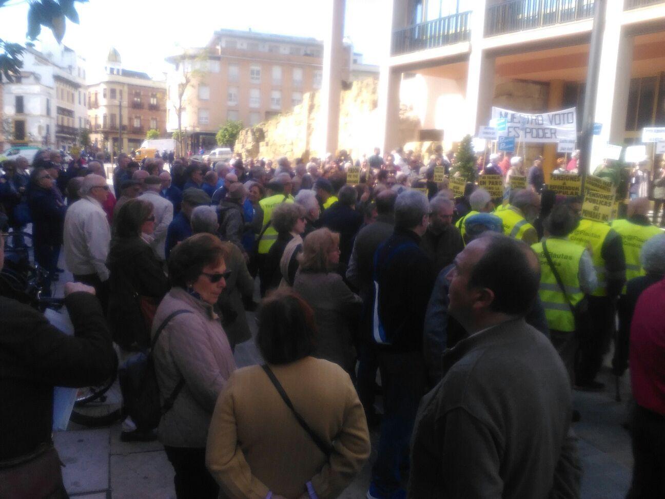 Movilización en defensa de las pensiones públicas frente al Ayuntamiento
