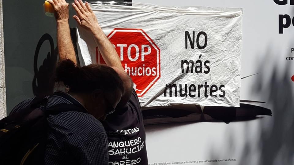 """""""24 horas sin techo"""": Stop Desahucios se concentra frente al Banco Santander contra las muertes por desalojos forzados"""
