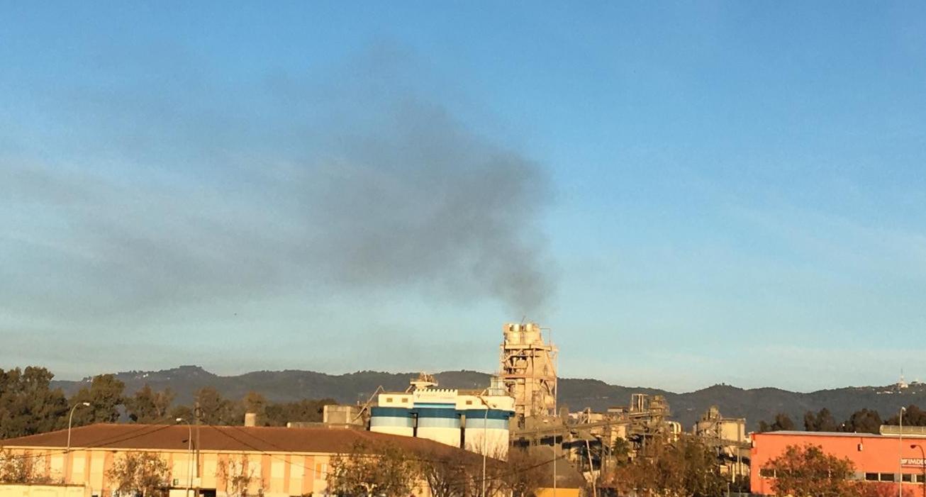 """Vecinos graban un nuevo """"escape incontrolado"""" desde la cementera COSMOS que la plataforma """"Córdoba Aire Limpio"""" vuelve a denunciar"""