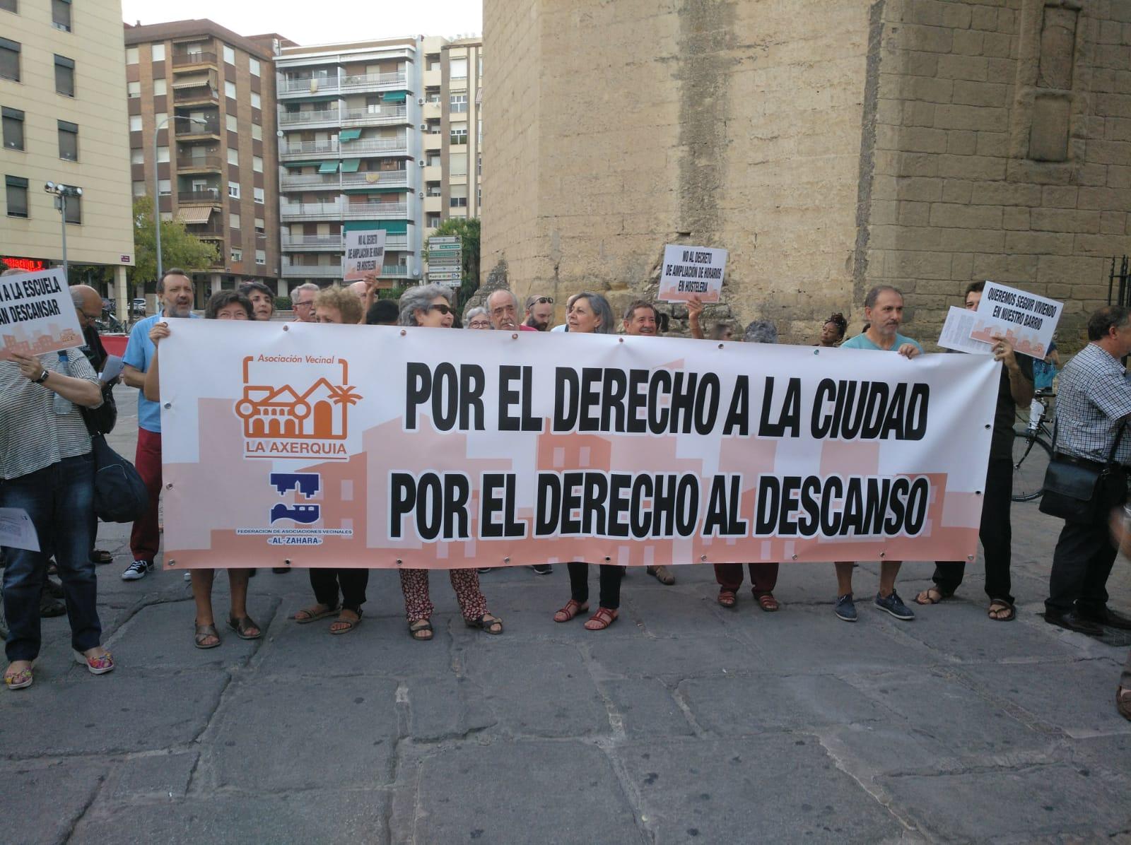 Protesta vecinal contra el decreto de la Junta de ampliación de horarios de establecimientos de ocio ante Rosa Aguilar