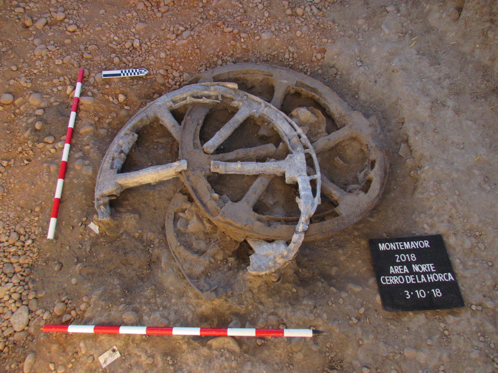 """Espectacular hallazgo en el """"Cerro de la Horca"""" en Montemayor: un carro del período Ibérico con las ruedas intactas"""