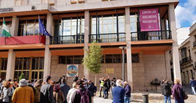 """La izada de la bandera contra la violencia machista abre un mes de actividades bajo el lema """"rompiendo las cadenas de la violencia"""""""