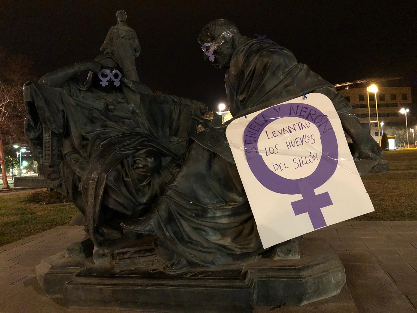 Córdoba amanece feminista: diversas estatuas por toda la ciudad recogen reivindicaciones y mensajes este 8M