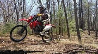 Ecologistas en Acción denuncia el uso ilegal de caminos rurales por motos enduro