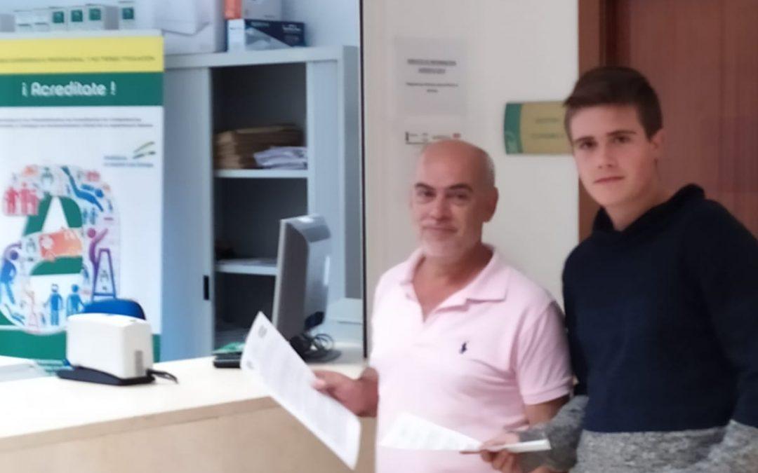 Héctor Sánchez, el estudiante de ESO de Dos Torres, entrega en Educación la solicitud de retirada de símbolos religiosos