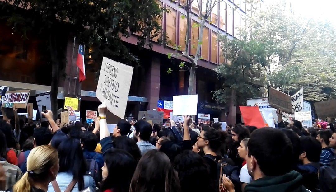 Manifestación en Barcelona rechazando el estado de emergencia en Chile