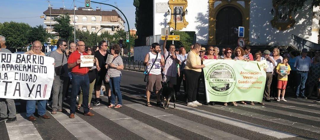 La vecindad del Campo de la Verdad estalla contra el ninguneo de Miguel Ángel Torrico