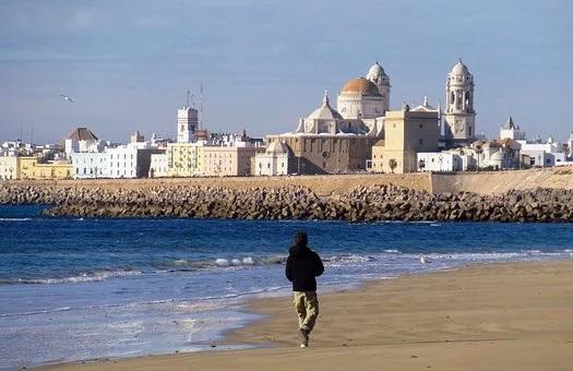 Limpiar las playas con lejía o desinfectantes similares es inútil y peligroso para el medio ambiente