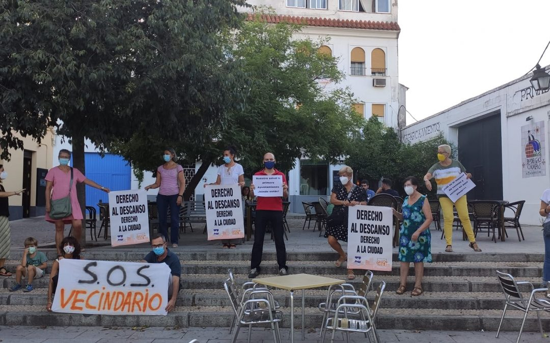 """Vecinos de la Ribera protestan por veladores """"ilegales"""" y acusan al Ayuntamiento de complicidad"""