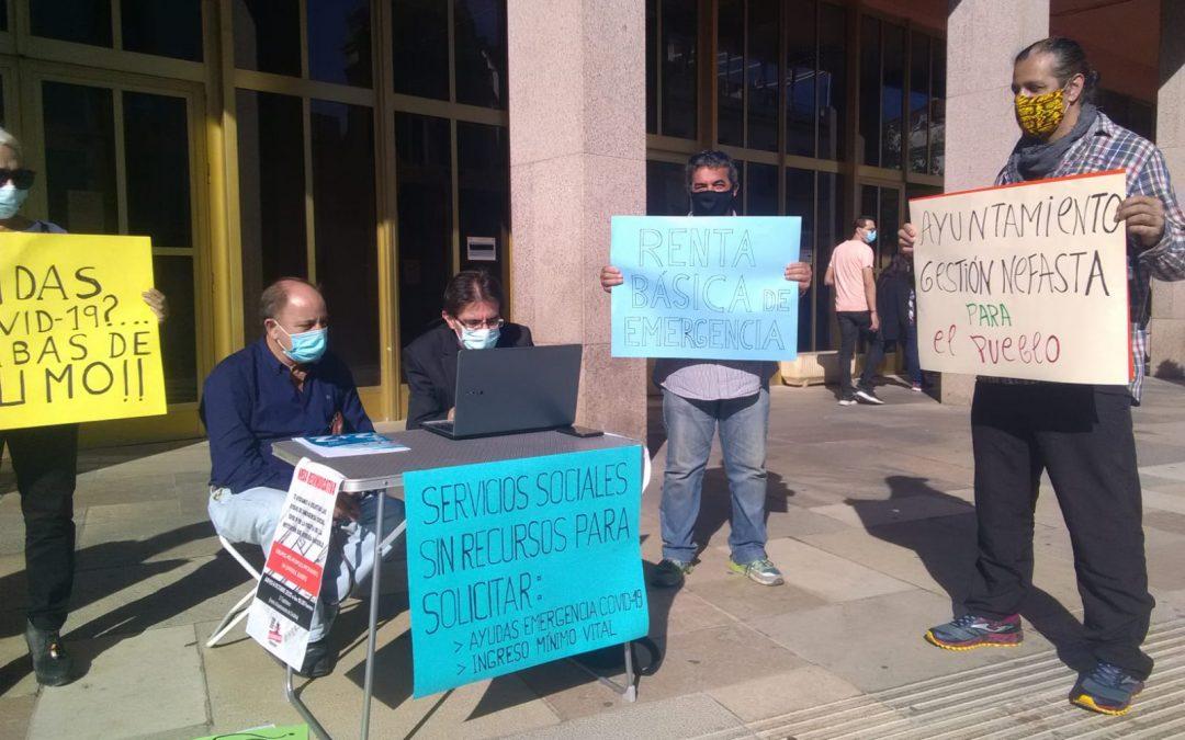 Las Marchas de la Dignidad realizan solicitudes de la Ayuda Covid frente al Ayuntamiento reclamando más personal en Servicios Sociales.