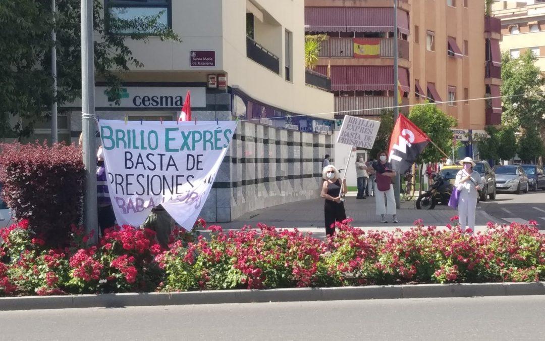 Nueva concentración en la sede de Brillo Exprés en protesta por la situación laboral de sus trabajadoras