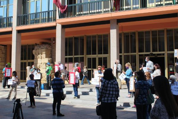 Concentración en la puerta del Ayuntamiento contra las podas en primavera