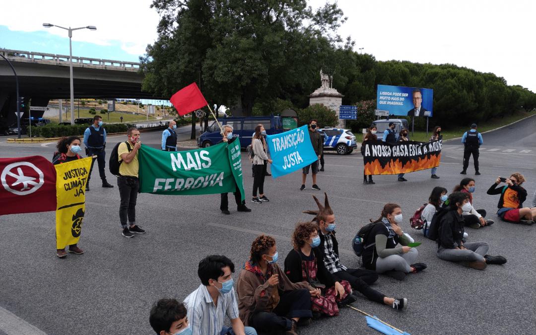 Detenidas dos activistas sevillanas en una acción por la justicia climática en Lisboa.