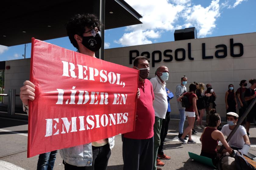 Más de 100 activistas de Rebelión por el Clima bloquean la entrada del centro de investigación de Repsol